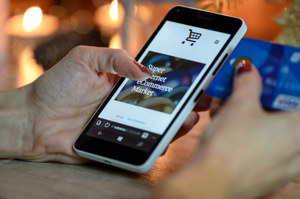 kobieta przegląda sklep online na telefonie