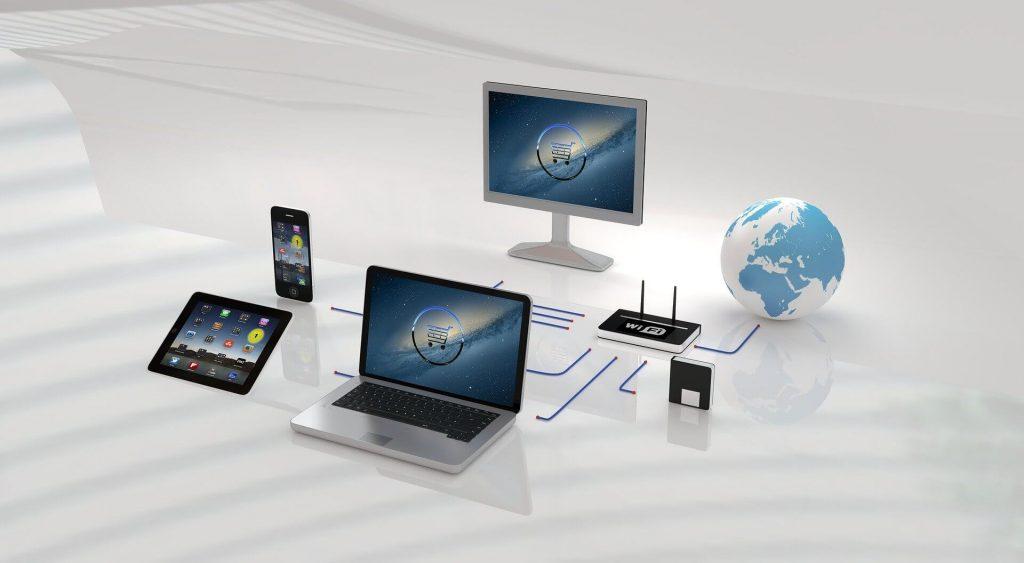 komputery i urządzenia mobilne połączone do jednej sieci internetowej