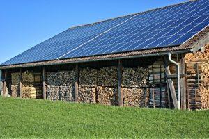 Panele fotowoltaiczne na dachu stodoły