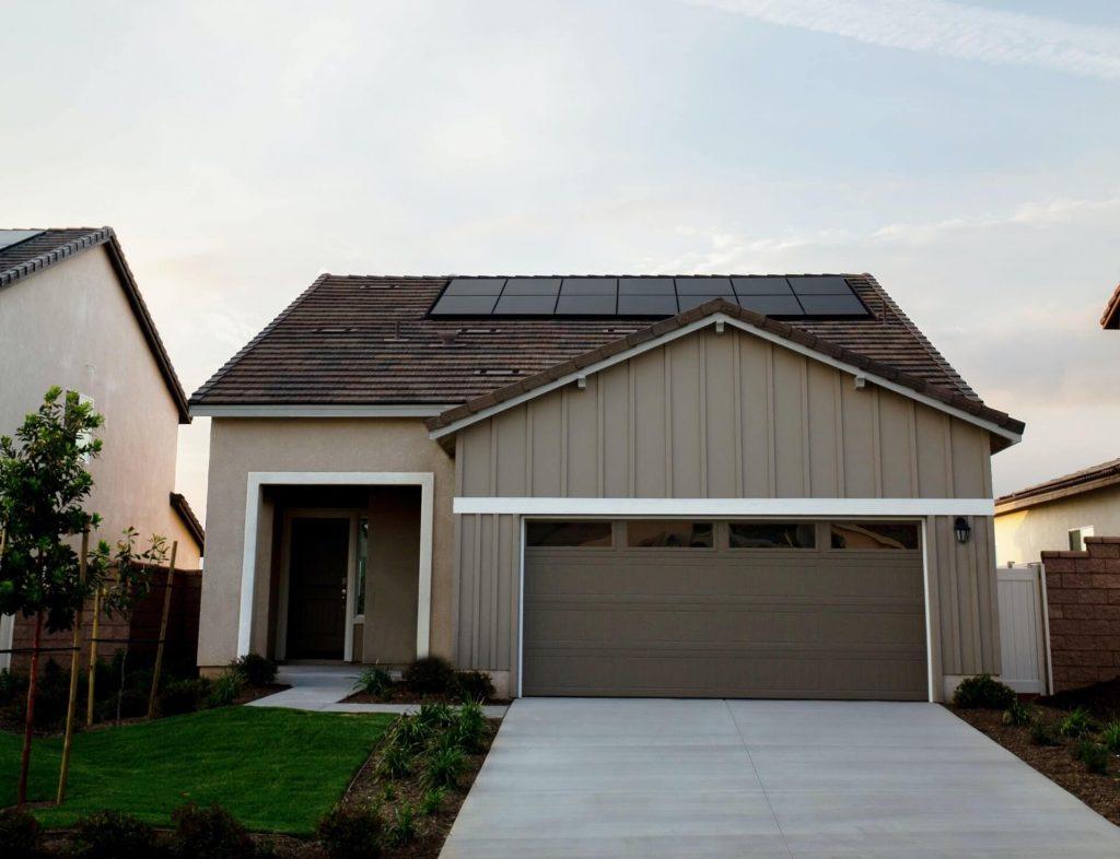 panele fotowoltaiczne na dachu domu